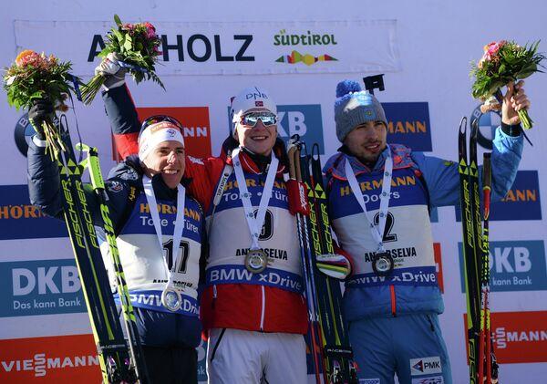 Призеры масс-старта на шестом этапе Кубка мира по биатлону в Антерсельве Кентен Фийон Майе, Йоханнес Бё и Антон Шипулин (слева направо)