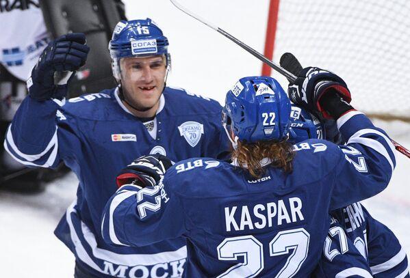 Хоккеисты Динамо Мартиньш Карсумс (слева) и Лукаш Кашпар радуются заброшенной шайбе