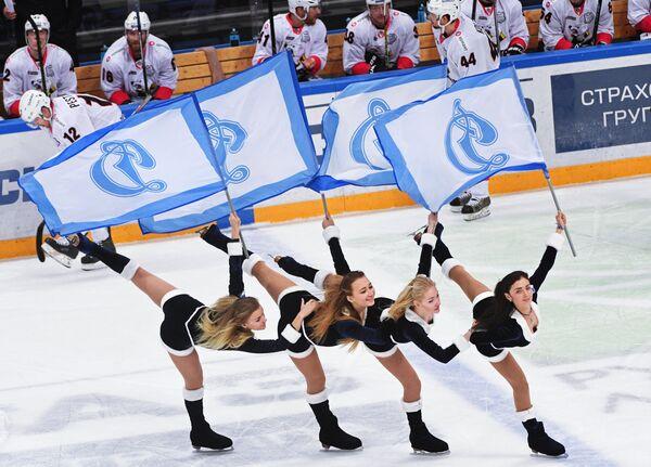 Девушки из группы поддержки ХК Динамо