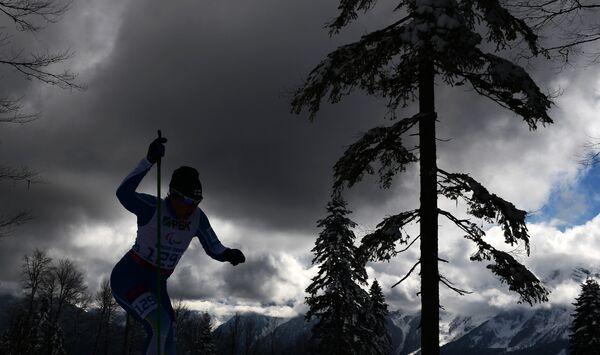 Спортсменка на трассе гонки в классе стоячих в соревнованиях по биатлону на Паралимпийских зимних играх