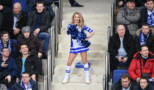 Девушка из группы поддержки Динамо (в центре) и болельщики бело-голубых