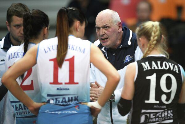 Главный тренер Динамо (Москва) Юрий Панченко (в центре) дает указания волейболисткам клуба