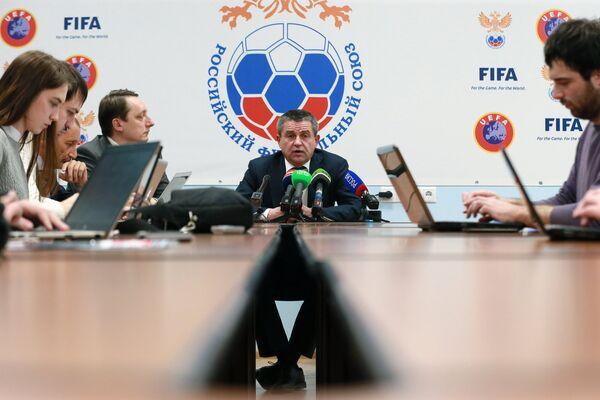 Председатель комитета Российского футбольного союза (РФС) по безопасности и работе с болельщиками Владимир Маркин (в центре)