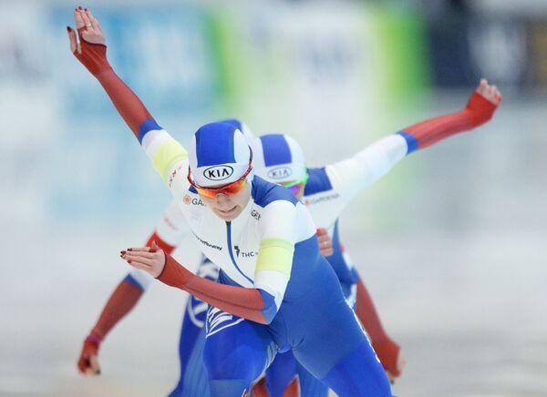 Спортсменки сборной России на дистанции командной гонки в соревнованиях по конькобежному спорту