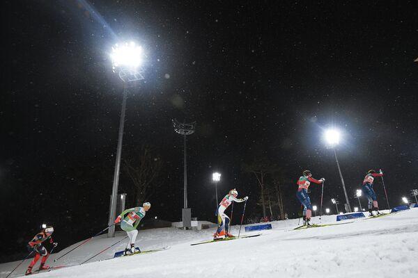 Спортсменки на дистанции командного спринта среди женщин на этапе Кубка мира по лыжным гонкам в Пхенчхане