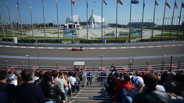 Болид команды Феррари во время российского этапа чемпионата мира по кольцевым автогонкам в классе Формула-1 на автодроме в Сочи.