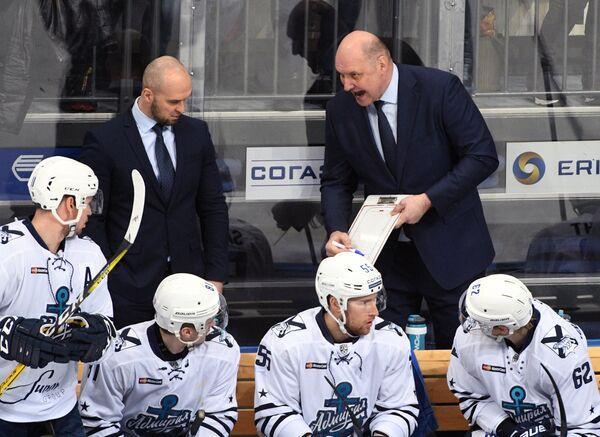 Главный тренер Адмирала Александр Андриевский (справа на втором плане)