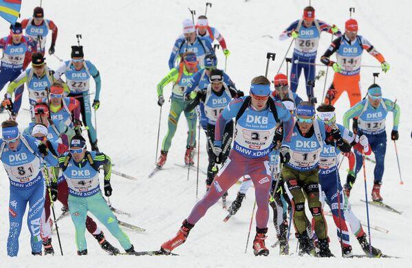 Биатлонисты на дистанции. В центре на первом плане - Алексей Волков (Россия).