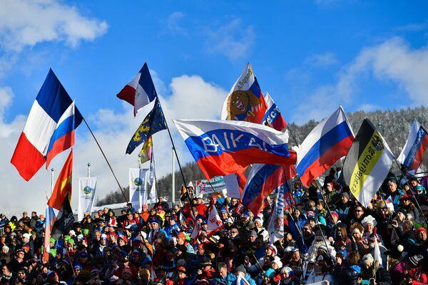 Зрители во время эстафеты на чемпионате мира по биатлону