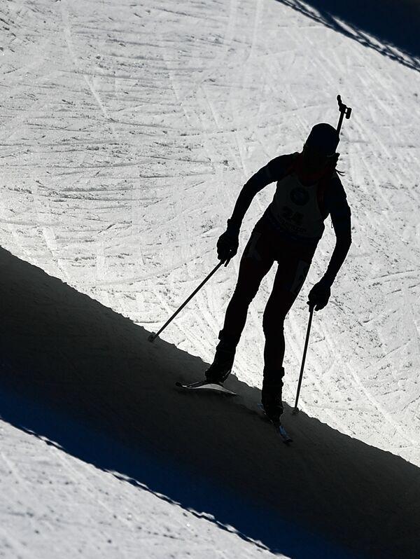 Спортсменка на дистанции масс-старта среди женщин на чемпионате мира по биатлону в австрийском Хохфильцене