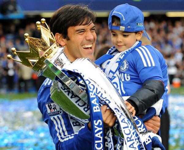 Защитник Челси Пауло Феррейра со своим сыном после победы в чемпионате Англии сезона-2009/2010