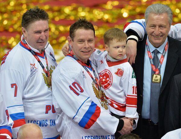 Хоккеисты сборной России Алексей Касатонов, Павел Буре с сыном и главный тренер сборной России Александр Якушев (слева направо)