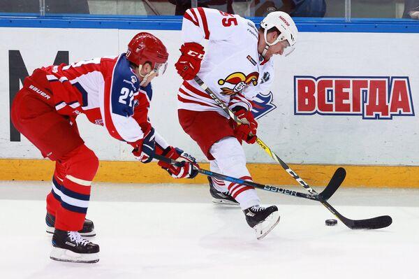 Нападающий ПХК ЦСКА Кирилл Петров (слева) и защитник ХК Йокерит Чарльз Дженовей