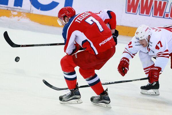 Нападающий ПХК ЦСКА Иван Телегин (слева) и защитник ХК Йокерит Вилле Лаюнен