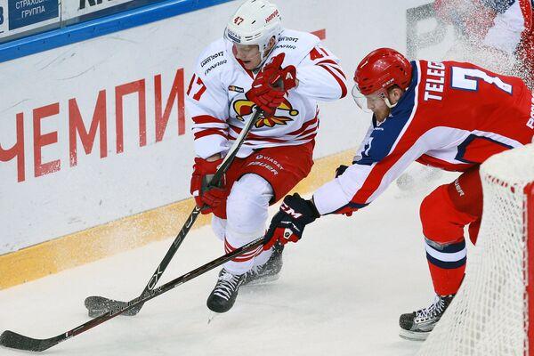 Нападающий ПХК ЦСКА Иван Телегин (справа) и защитник ХК Йокерит Вилле Лаюнен