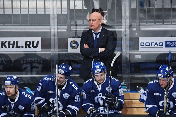 Главный тренер ХК Динамо Сергей Орешкин (в центре)