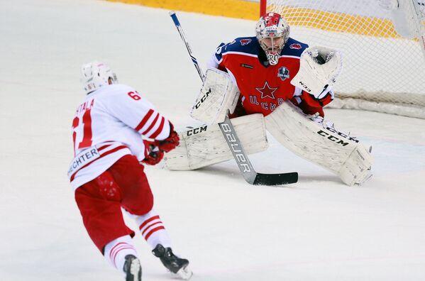 Нападающий ХК Йокерит Томми Хухтала (слева) и вратарь ПХК ЦСКА Илья Сорокин