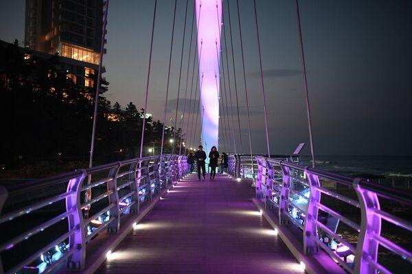 Пешеходный мост на пляже Gyeongpo Beach в городе Каннын в Республике Корея