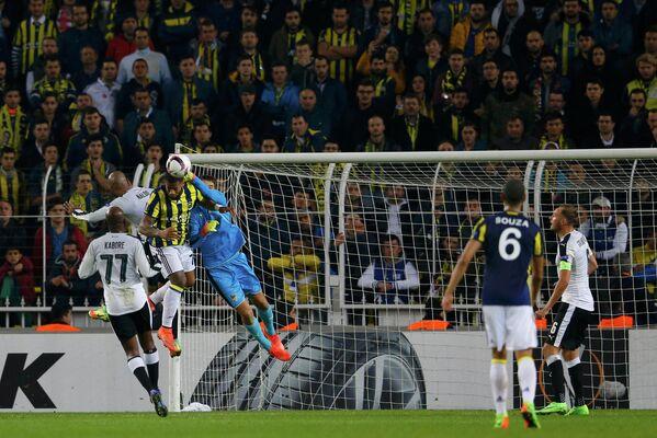 Игровой момент матча 1/16 финала Лиги Европы Фенербахче - Краснодар