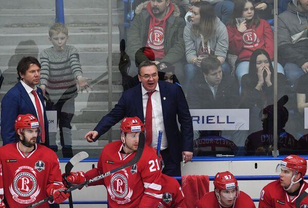 Главный тренер Витязя Валерий Белов (в центре)