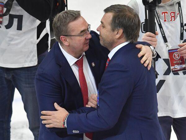 Главные тренеры Витязя Валерий Белов (слева) и СКА Олег Знарок