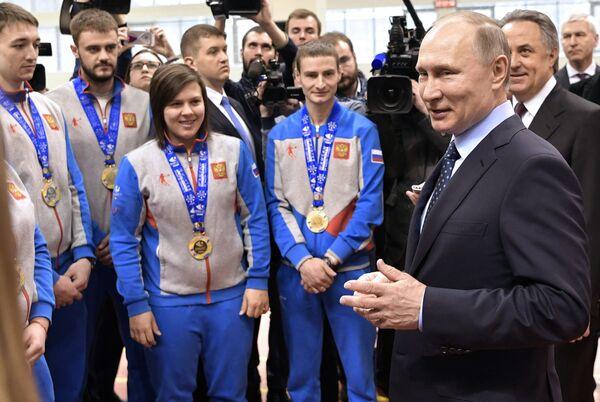 Президент РФ Владимир Путин фотографируется с победителями зимней универсиады 2017 года в Алма-Ате