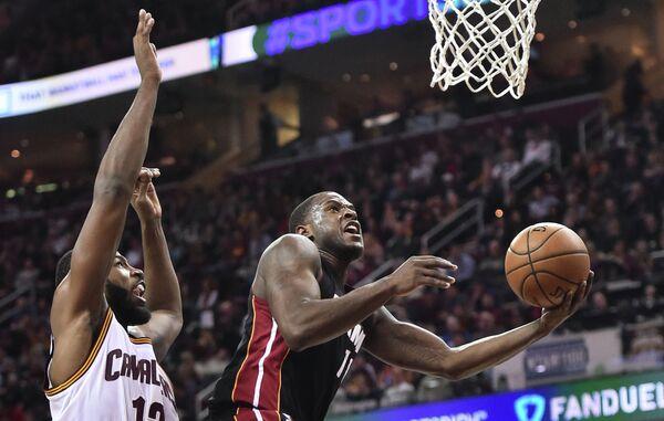 Форвард клуба НБА Майами Хит Дион Уэйтерс (справа)