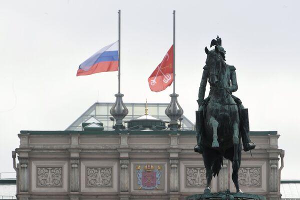Приспущенные флаги над зданием Мариинского дворца в Санкт-Петербурге в память о погибших в результате взрыва в петербургском метро