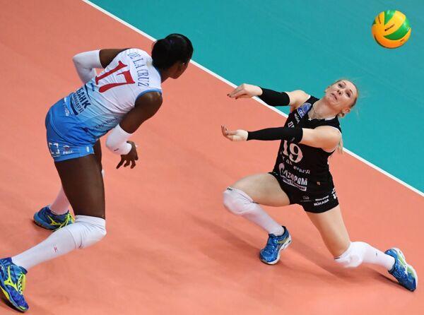 Волейболистки Динамо (Москва) Бетания де ла Круз де Пенья (слева) и Анна Малова