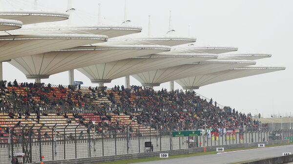 Вертолет над трассой Гран-при Китая Формулы-1