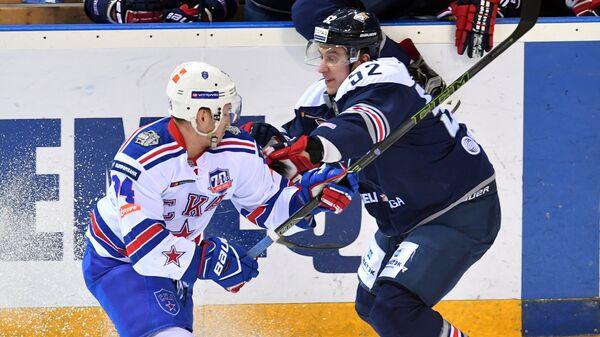 Форвард Металлурга Сергей Терещенко (справа) и нападающий СКА Александр Барабанов