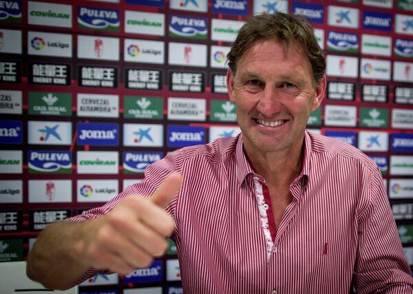 Тони Адамс на презентации в качестве главного тренера Гранады