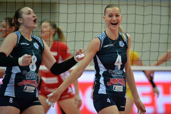 Блокирующая ВК Динамо-Казань Марина Марюхнич (справа)