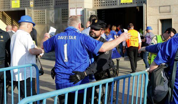 Полиция досматривает болельщика Лестера перед входом на стадионе в Мадриде