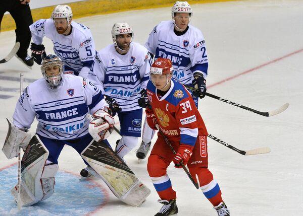 Вратарь сборной Франции Ронан Кеменер и нападающий олимпийской сборной России Степан Санников (слева направо на первом плане)