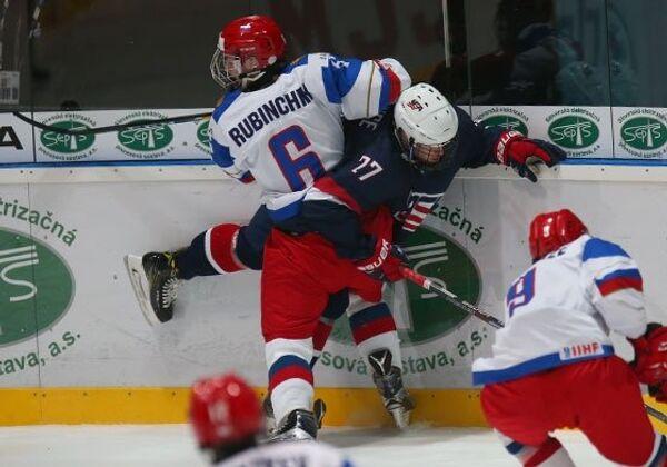 Игровой момент матча юниорского чемпионата мира (игроки не старше 18 лет) между сборными России и США
