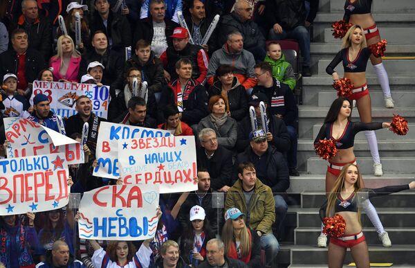 Девушки из группы поддержки Металлурга и болельщики СКА