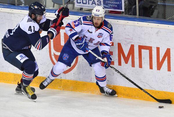 Форвард СКА Евгений Дадонов (справа) и нападающий Металлурга Томаш Филиппи