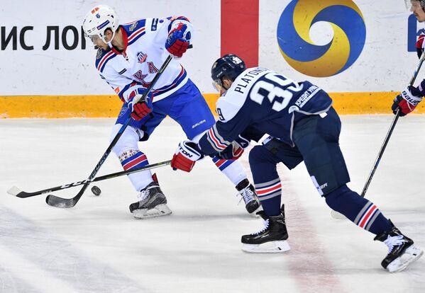 Защитник СКА Артём Зуб (слева) и форвард Металлурга Денис Платонов