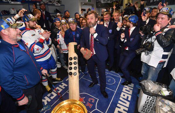 Главный тренер СКА Олег Знарок (в центре) и хоккеисты СКА празднуют победу в раздевалке
