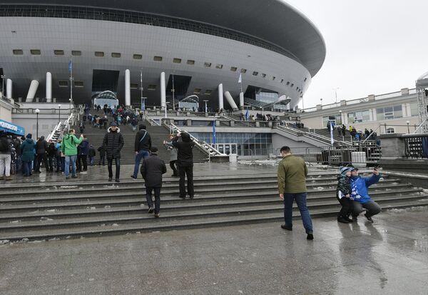 Болельщики у стадиона Санкт-Петербург Арена