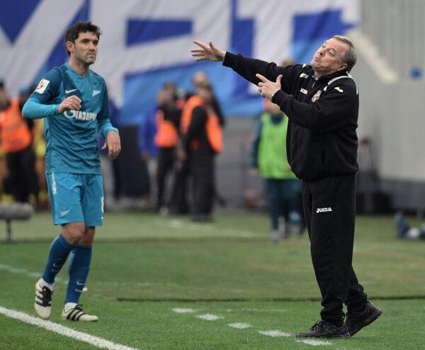 Главный тренер Урала Александр Тарханов (справа)