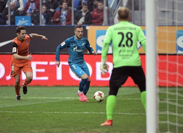 Вратарь Урала Николай Заболотный (справа) и полузащитник Зенита Йоан Молло (в центре)