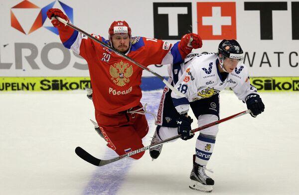 Форвард сборной России Анатолий Голышев (слева) и защитник сборной Финляндии Юусо Хиетанен