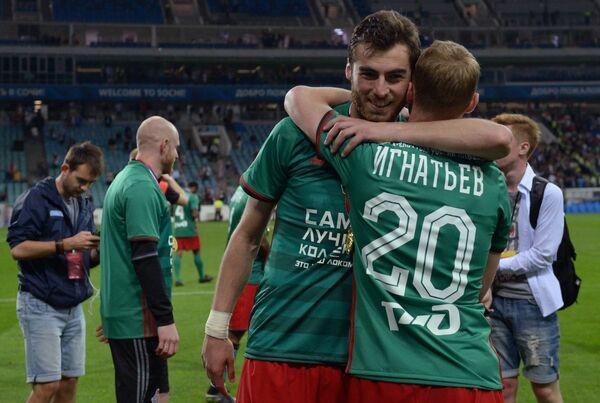 Футболисты Локомотива Соломон Кверквелия (слева) и Владислав Игнатьев