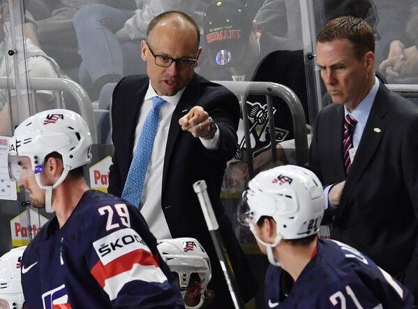 Главный тренер сборной США Джефф Блашилл (слева на втором плане)