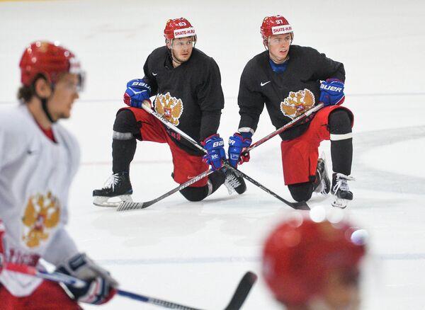 Нападающие сборной России Евгений Дадонов и Никикта Гусев (справа)