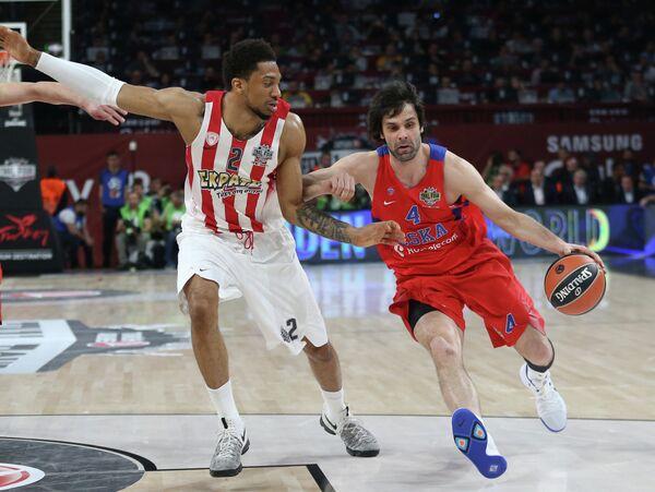 Защитинк ПБК ЦСКА Милош Теодосич (справа) и центровой БК Олимпиакос Кхем Берч