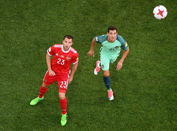 Защитник сборной России Дмитрий Комбаров (слева) и защитник сборной Португалии Седрик Соареш