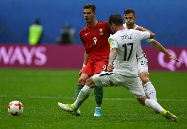 Форвард сборной Португалии Андре Силва и футболисты сборной Новой Зеландии Томас Дойл и Томми Смит (слева направо)